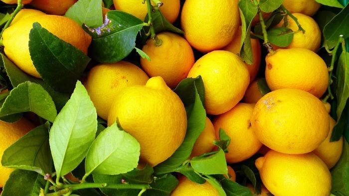 レモンやひまわりの花びらを連想させる「黄色」は、ビタミンカラーの定番。爽やかでポップな黄色をメイクやネイルに取り入れてみましょう。