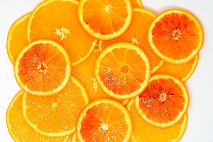 オレンジ色は夏らしさだけでなく、少しヌーディで大人っぽいメイクに仕上がります。いつもはかわいい系のメイクが多いという人はぜひチャレンジしてみてくださいね。