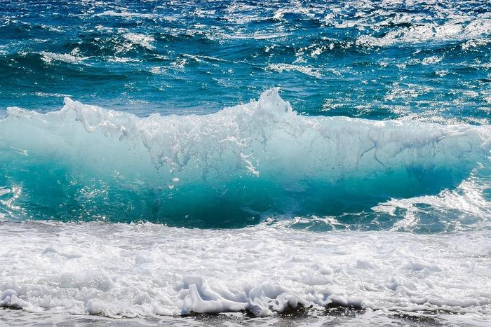 海の色をイメージさせるブルーは、夏のネイルにもってこいのカラーです。単色塗りでもおしゃれなので初心者にもぴったり。この夏は思い切ってブルーカラーのネイルに挑戦してみましょう。