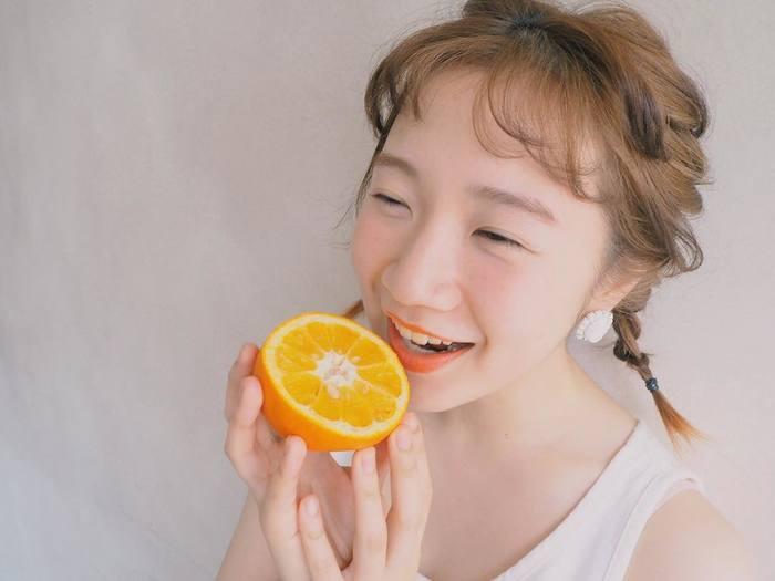 オレンジチークは写真のように目の下に薄くのせると可愛らしさが出ます。ヘアカラーが明るめの人におすすめ。