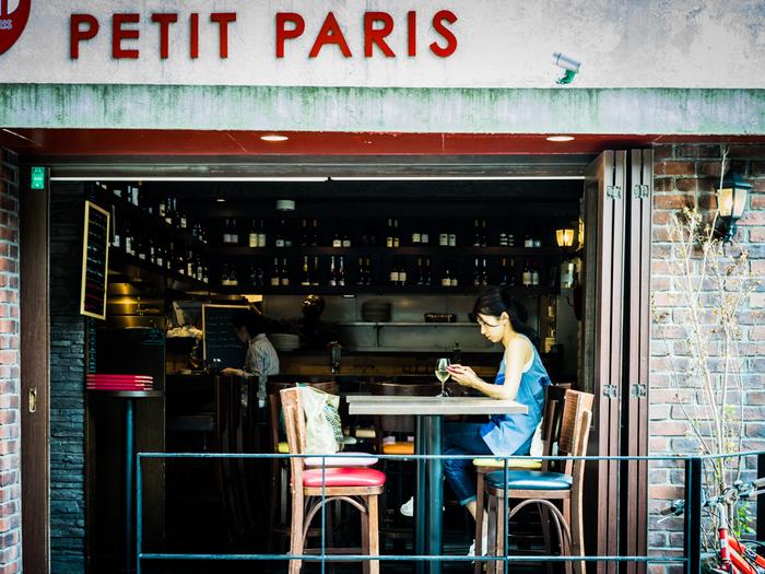 神楽坂のおしゃれな街並みの中、パリジェンヌ気分でカフェやショッピングを楽しんでみませんか?アートが楽しめるカフェや緑豊かなカフェ、衣食住+αのライフスタイルを提案するショップなど、神楽坂には個性的なお店がたくさん!