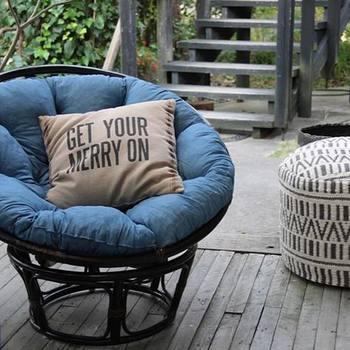 ゆっくりと読書を楽しむなら、深く腰掛けてリラックスできるイスを使いましょう。お気に入りのクッションも合わせて使うとさらに心地よく過ごせそうです。