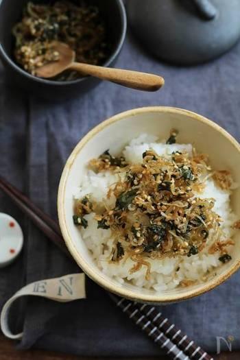 ゴマ油と大葉、生姜などで香り豊かに仕上げる自家製ふりかけはいかがですか?あつあつのご飯に乗せても、混ぜておにぎりにしても美味しそう!