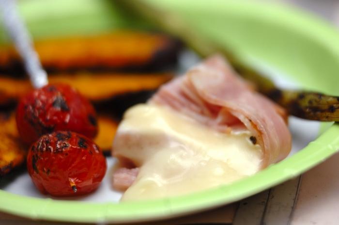 メインの肉や魚を焼くBBQグリルを使って、簡単なサイドメニューも作ってみましょう。こちらは、カマンベールチーズをベーコンで巻いてホイル焼きにしたアイデアメニュー。包みを開けたとたんに、とろ~りチーズとジューシーベーコンのたまらない香り♪焼き野菜を絡めてどうぞ。