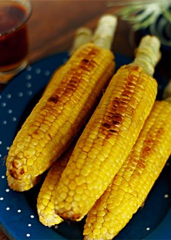 焼きとうもろこしに、バターとナンプラーのアクセントをきかせて。意外なエスニック風味が、ちょっとくせになるアイデアレシピです。