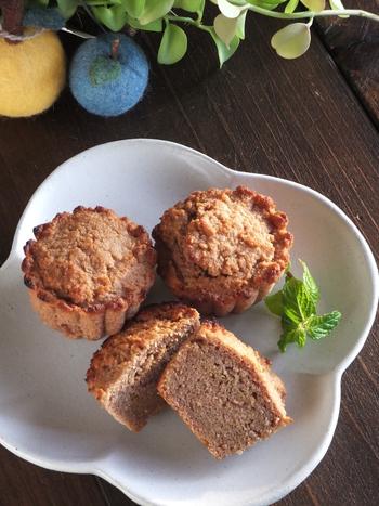 お麩、ベーキングパウダー、ココナッツオイル、卵にあんこ。この5つの材料だけで作るカップケーキは、材料を混ぜて焼くだけの簡単レシピ。その上、上良質なたんぱく質など栄養も摂れちゃう優れものレシピです。