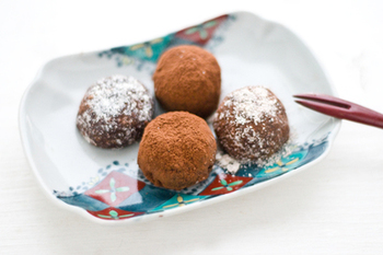 溶かしたチョコに細かく砕いたお麩を混ぜて作るその名も「トリュ麩」。豆乳やすりおろしたニンジンも入りカロリーオフな嬉しいレシピです。