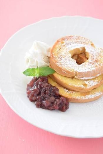 いつものフレンチトーストと全く同じ手順で作れる車麩を使った麩レンチトースト!甘さを調節して小豆を添えて召し上がれ。車麩の形もまたフォトジェニックで可愛い♪
