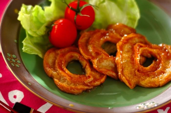 なんと車麩を丸ごと使った見た目も可愛い生姜焼き!もっちりした食感は食べ応えもあるのでダイエット中の方もストレスなく頂くことができます。お弁当にもオススメのレシピです。