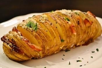スウェーデン生まれのおしゃれなハッセルバックポテトも、BBQで手軽に楽しめます。じゃがいもに薄く切れ目を入れ、ベーコンやガーリックなどをはさんで焼くだけ。ポテトの素敵なアイデアメニューとして覚えておきたいですね。