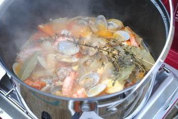 新鮮な魚介をたっぷり使った南フランスの味、ブイヤベースもいいですね。肌寒くなることも多いアウトドアでは、温かなスープがいただける料理は喜ばれます。お肉のBBQとの合わせ技もおすすめ。ヨーロッパのアウトドアスタイルをイメージして、おしゃれに楽しみましょう♪