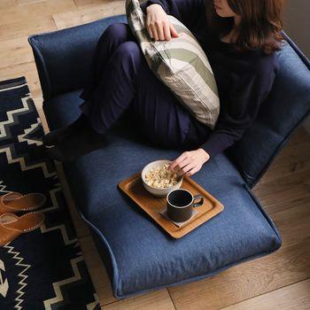 1人掛けソファは実際に座ってみると、思いの外リラックスできます。リビングにも投入しやすく、色柄も豊富に揃います。その時々で好きな姿勢を楽しめるリクライニングがおすすめ。