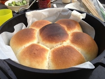 ダッチオーブンやホーロー鍋などで作れる手作りパン。このレシピでは、おうちでこねた生地をクーラーボックスに入れて持参し、現地で二次発酵させています。炭火の近くや車の中など温かいところを見つけて発酵させましょう。