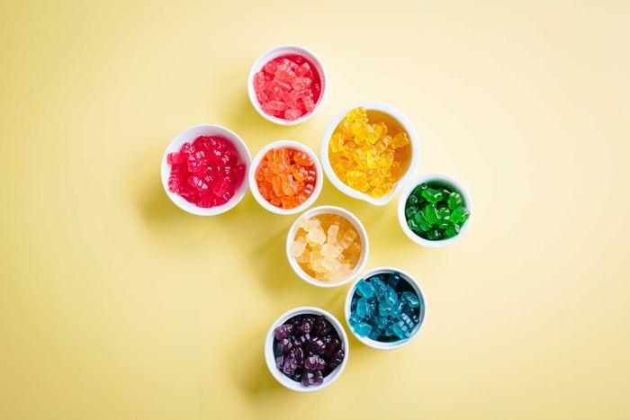 【原色】と聞くと、それだけで「派手!」「とてもじゃないけど普段は着られない」というイメージを持たれる方、または、「1枚も持っていない」「1枚しか持ってない…」という方もいらっしゃるのではないでしょうか。でも実は原色ってとっても自然な色なんです。空にかかる虹だって原色ですし、フルーツや野菜、野に咲く花だって鮮やかな原色の花を咲かせるものもたくさんありますよね。  今回はいつもはちょっと遠ざけがちな原色と仲良くなるコツをご伝授します。思いのほか素敵な組み合わせやコーデに驚いてしまうかも!そんな原色の中でも特に取り入れていただきたい≪赤≫≪黄≫≪青≫の3色をピックアップしてご紹介します!