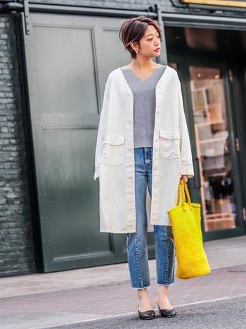 グレーと白の優しいグラデーションに、パキっとした黄色のバッグを。ふわっとしたコーデにメリハリが生まれます。