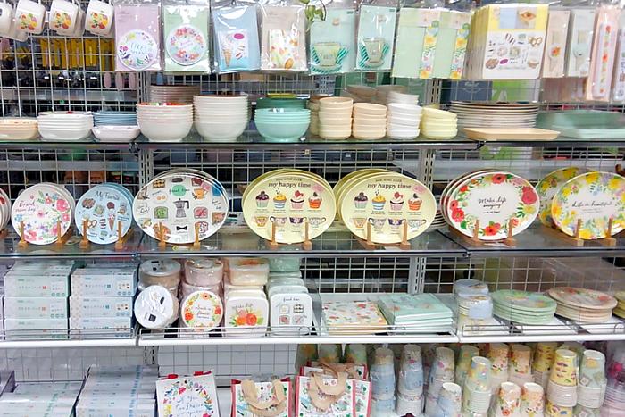 ピクニックやアウトドアで手軽に使える食器を揃えるなら、100円ショップも要チェック!カフェ風のイラストをあしらった「アリュール」シリーズは、メラミン製・紙製それぞれのカップやプレート、ペーパーナプキンや保冷剤まで豊富なラインナップが揃います。 ※2018.4月 筆者撮影