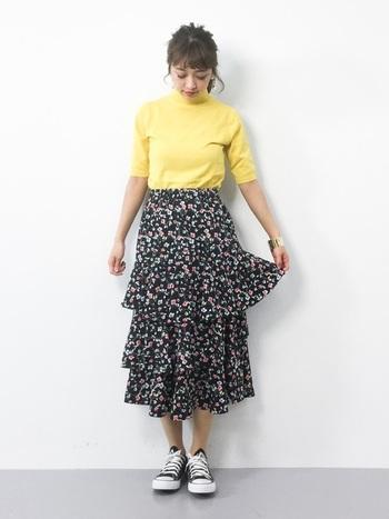 誰でも挑戦しやすい黄色ニットは黒ベースの小花柄と合わせて。落ち着いた印象のスカートもトップスのお陰でより華やかに見えます。