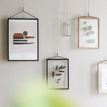 寂しい印象になりがちな壁面には、間接照明やハンギングプランターで彩りをプラス。ポスターやウォールラックもおすすめですよ。