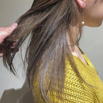 くせやうねりを出さないためには、根元をしっかりと乾かします。半乾きのままで自然乾燥してしまうと、勝手な方向に髪がふくらみボリュームが出すぎてしまいます。乾かすポイントは髪を手ぐしでかき上げながら根元に風を送るのがコツです。トップにふくらみをもたせながら根元はしっかりと乾かすことで、クセを押さえつつ、まとまりの良いヘアになります。