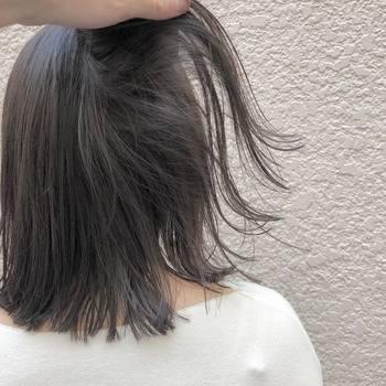 髪が広がったりボリュームアップしすぎるのは、髪の水分量が少なすぎて乾燥しているからです。ヘアドライ時には長時間熱を当てないことが大切です。短時間で乾かすためには、地肌をしっかり乾かして、毛先は8割程度で抑えること。乾燥しがちな毛先は、熱を当てすぎると切れ毛や枝毛の原因になってしまいます。