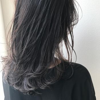 美容院で行うヘッドスパはとても気持ちが良いけれど、何度も施術してもらうにはお金も時間もかかってしまいますよね。そんなヘッドスパが自宅で取り入れられるって知っていましたか?頭皮の血行促進やリラックス効果のあるヘッドスパで、自宅でも手軽に髪の油分のバランスを整えてみましょう。