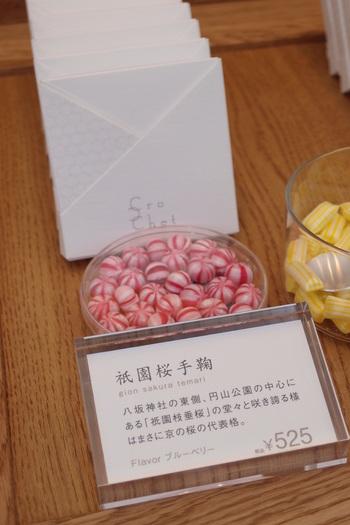 """飴は、ヨーロッパでは工芸的な色と輝きを、日本では味を追求していくことで発展していきました。""""ヨーロッパのあめの美しさの技術と、日本で培われた味の技術を融合させたい""""との想いから生まれた「クロッシェ」のあめは、見た目の美しさだけでなく、その美味しさもポイント!"""