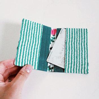 定期やICカードの収納に便利なカードケースも縫わずに作れちゃいます♪カードの大きさに合わせてハギレを切って貼り合わせてみましょう。違うハギレの柄を組み合わせるのもおしゃれ。既製品のように丈夫なケースにしたい時には、厚紙を芯に使うのも良いですね。