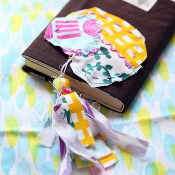 一見複雑そうに見えるタッセルですが、縫わずに簡単に作れるので、お子さまと一緒に作業するのもおすすめです。切りっぱなしのハギレをまとめて、刺繍糸をぐるぐる巻きつけて結んで留めるだけ♪