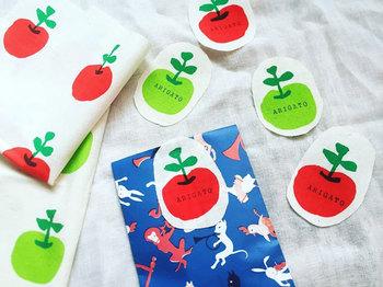 リンゴモチーフの可愛らしいタグです。ハギレの柄部分だけをくり抜いて使う方法も楽しんでみましょう。たくさん作ってストックしておけば、ネームタグにしたり、カードに貼り付けたり、ラッピング袋にホッチキスで留めたり、ワンポイント欲しい時に便利です♪