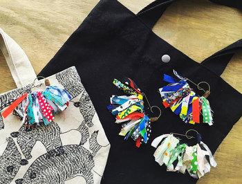 小さな短冊ハギレを素敵にデザインしたブローチです。ブローチピンにお好みのハギレをたくさん付けてみましょう!シンプルなバッグのアクセントにも良いですね。リボンなどを組み合わせても♪
