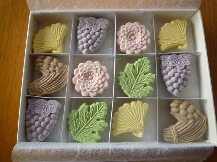 オリジナルの木型で作られた和三盆が人気。きれいな色合いと、細かい装飾が施された木型で打ち出された美しい和三盆は、贈り物にもおすすめです。
