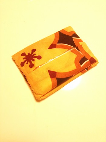 こちらのポケットティッシュカバーの材料は、手拭い1枚のみ。なんと折るだけで完成するんです♪