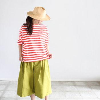 ポップな暖色系カラーは、女性らしいやわらかな印象もプラスできます。また、鮮やかな上下「カラー×カラー」の組合せは、今季のトレンド。初夏の着こなしでトライしてみてはいかがでしょうか。
