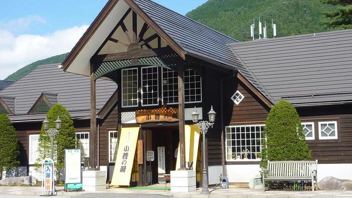 奥多摩湖のさらに上流、多摩川の源流にほど近い東京都と山梨県の県境に位置する山梨県北都留郡小菅村にあります。