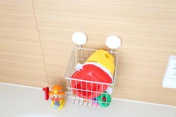 無印のステンレスかご+マグネットフックで、壁面におもちゃ箱の収納スペースが登場◎