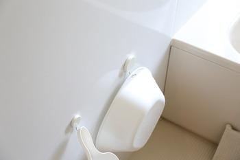 マグネットフックを使えば、置き場所に困る洗面器なども引っ掛けて収納できます。ちょうど水切りもできていいですね。