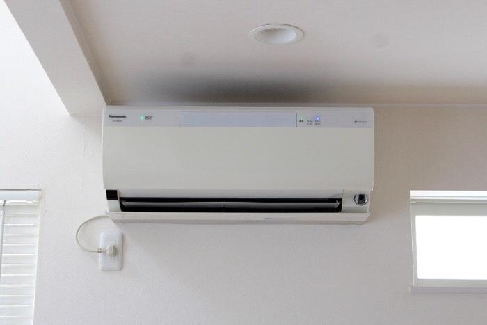 外が暑い分、室内はエアコンが効いていて寒く感じることが多いですよね。外で汗をかいて、そのまま涼しい室内に入ると、汗が急激に冷やされて体が冷えてしまいます。