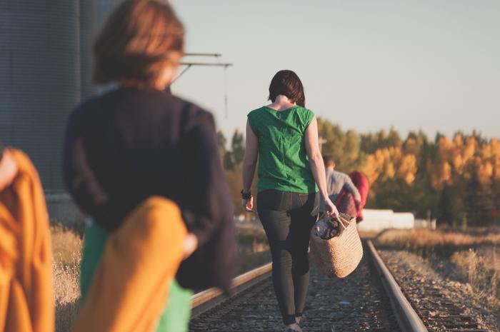 いつもより少し歩く距離を伸ばすなど、ちょっとだけでも体を動かすことで、血流がよくなり冷えを改善することができます。暑い季節は熱中症にならないように、朝や夕方など涼しい時間に外に出るようにしてみて。