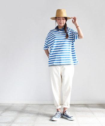 パンツの裾をロールアップして足首をのぞかせれば、ほどよくぬけ感のあるスタイルに。ブルーとホワイトでまとめたスタイルに帽子をプラスすれば爽やかなマリンコーデの完成です。