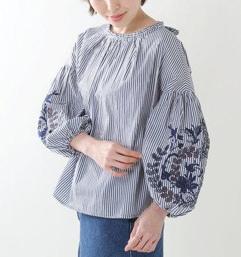 ロマンティックな刺繍アイテムは女性の憧れ…。いろいろなカラーを使った華やかな刺繍も素敵ですが、大人っぽく取り入れるには、洋服のベースカラーと同色系のシンプルなものや胸元や袖口など部分使いが上品でちょうどいい。