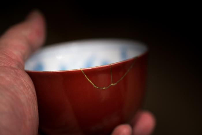 こちらはヒビにそって漆で継ぎ、金を施した物。金継ぎ部分は、まるで繊細なレースのような佇まいです。金継ぎは和食器だけでなくグラスなどガラス器でも行う事が可能です。また、欠けた部分がなくなっていても漆に繊維くずや木粉などをまぜて練った刻苧(こくそ)というペーストで補って補修できる事もあります。