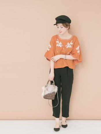 カットソーやシャツ、Tシャツなどのトップスに明るい色を持ってくるのもアリ。ボトムスは白でなくてもよいですが、形はシンプルなものを選ぶのがおすすめです。