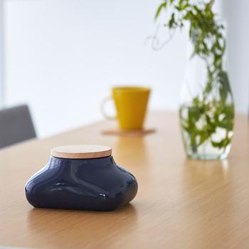 中には、陶器製の個性的なデザインのケースもありますよ。陶器特有のツヤのある質感は、テーブルにさりげなく置くのにぴったり。口が広めに作られているので、パックごとすっぽり収納できます。