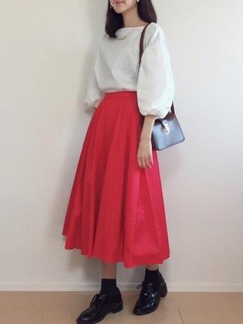 より女の子らしさを出したい時は、濃いめの赤いフレアスカートがおすすめです。トップスに白いブラウスをあわせれば、鮮やかな色を使ってもふんわりとした印象になります。