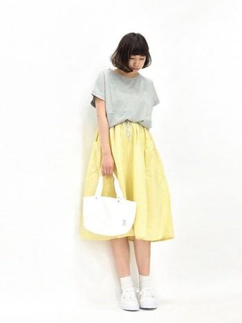 イエローのスカートも夏に挑戦してみたいアイテムです。他のアイテムに暗い色を使わないところがポイントです。できれば白に近いものを選んでみて。