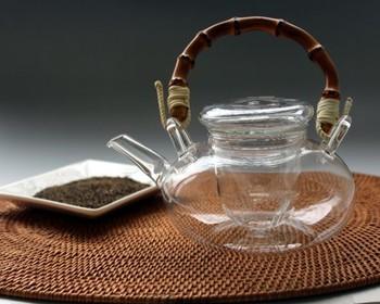 夏にガラス器を使うのは定番ですが、つるの部分が深みのある竹になっているのが珍しいガラスの急須。水出し茶や冷房で冷えた体を温めるあったかいお茶を楽しんでみませんか?