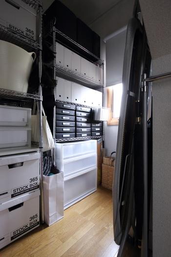 ファイルボックスを棚に合わせて並べれば、まるで引出しのように整然とした印象に。こちらは納戸ですが、リビングなどで使用しても素敵です。