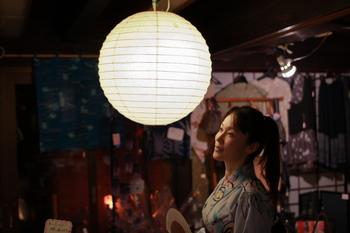 和紙と竹ひごで作られたぼんぼりのような照明。お祭りの日のようなノスタルジックな雰囲気でくつろげそうな柔らかな灯かりです。