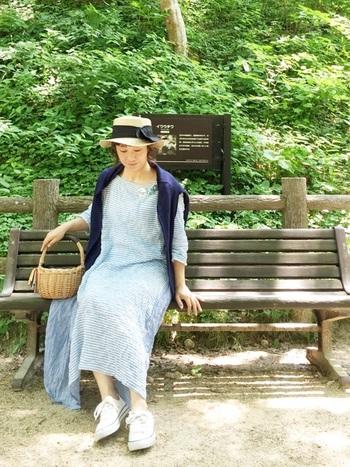 ふんわりとしたコットンのブルーワンピースには、ころんとした丸みのあるカゴバックを合わせれば、より女性らしいコーディネートに仕上がります。麦わら帽子を合わせて、春夏のおでかけスタイルの定番にしちゃいましょう。