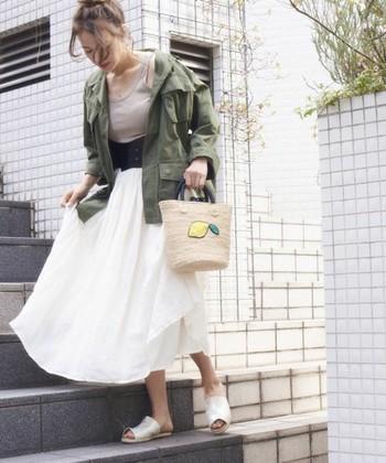 ふわりとしたフェミニンな印象のホワイトカラーのスカートに、丸型のカゴバックを合わせて女性らしい印象にまとめたコーディネート。レモンの模様が描かれていているので、シンプルになりがちな春夏のファッションのアクセントになりますよ。